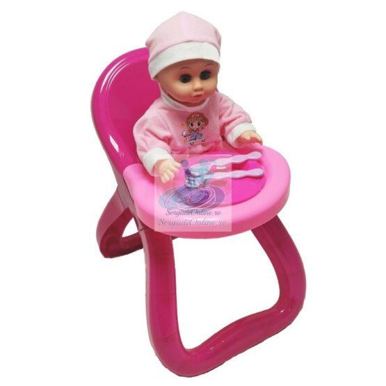 Bebelus cu masuta si accesorii mancare